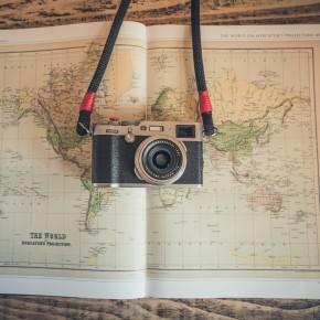 Alte Kamera auf einer Weltkarte