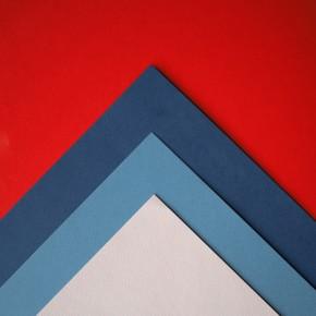 Farbige Seite Papier übereinander gelegt